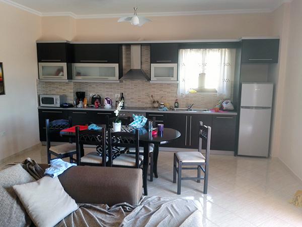Kurant leilighet i Sarande. Kjøkken, stue, bad og to soverom.