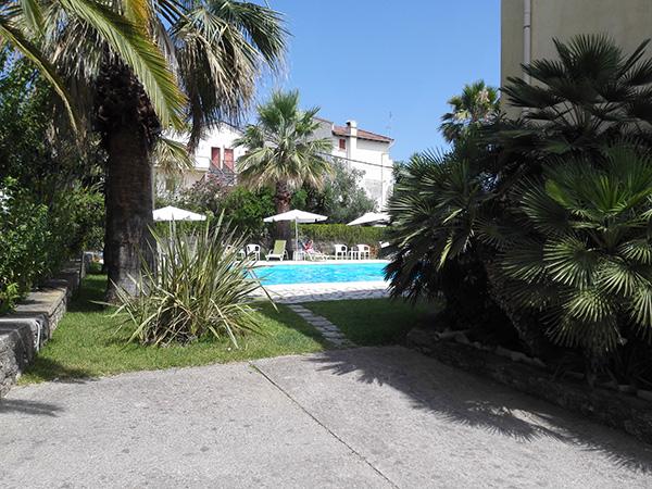 Eget basseng utenfor leiligheten på Korfu.